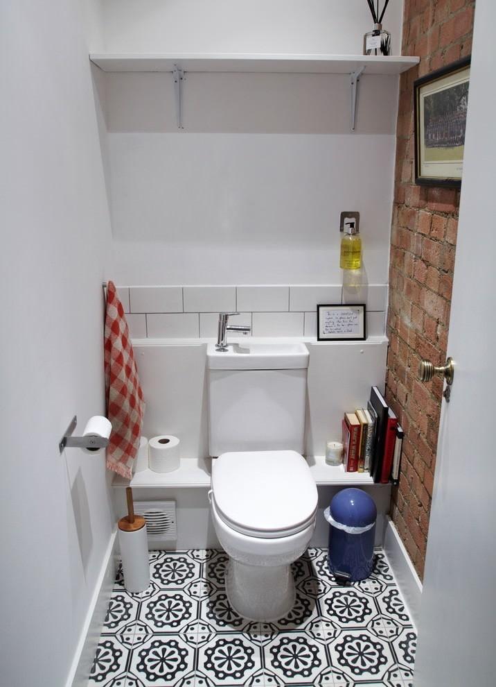 Кирпичная кладка в интерьере небольшого туалета