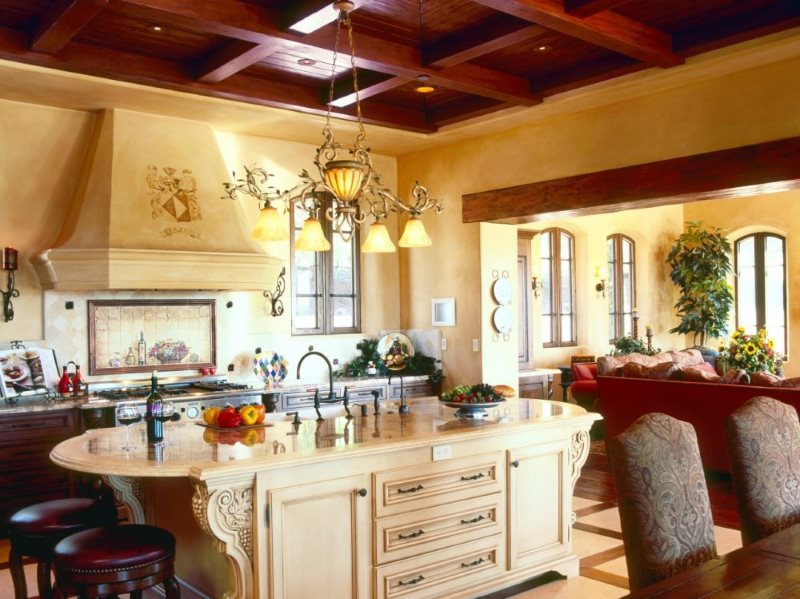 Люстра на деревянном потолке кухни в частном доме