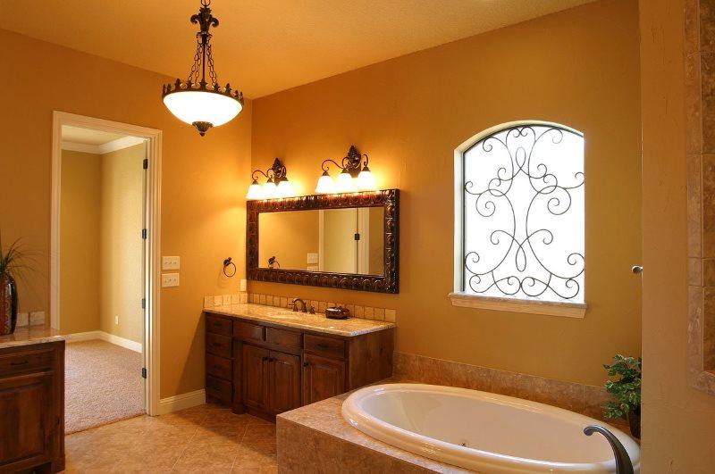 Раздельное освещение просторной ванной комнаты