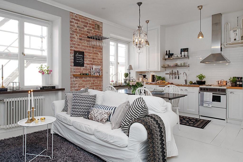 Белый диван в комнате с кирпичным декором