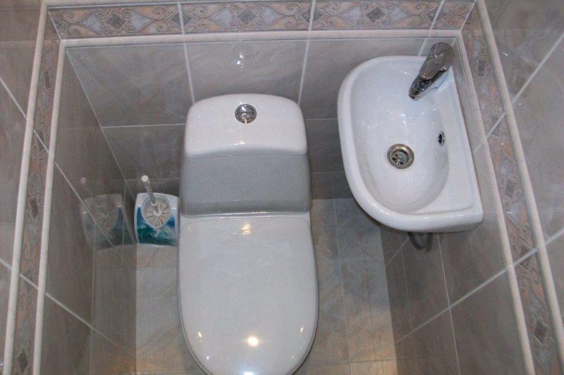 Маленькая раковина в туалете хрущевки