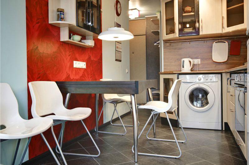 Стиральная машинка в интерьере кухни с угловым гарнитуром