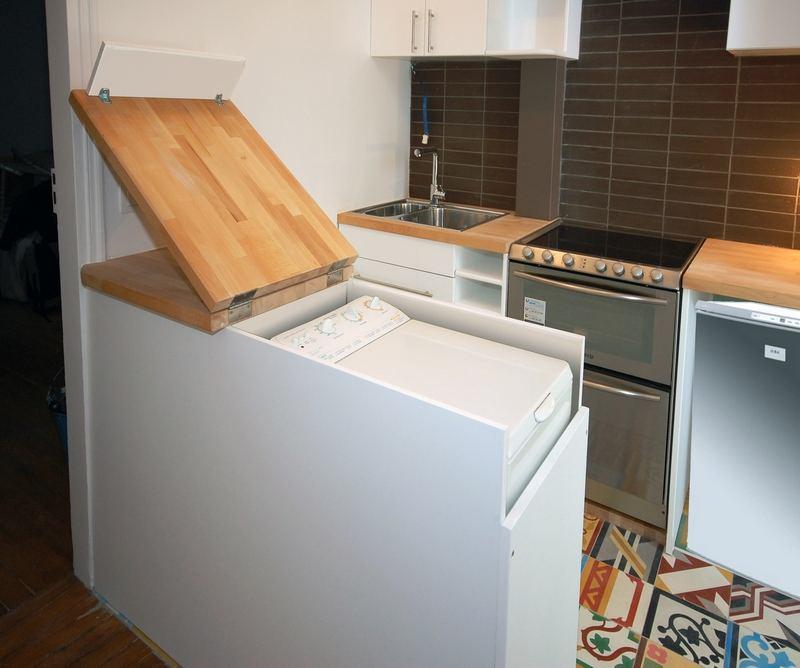 Складная столешница из дерева над стиральной машинкой