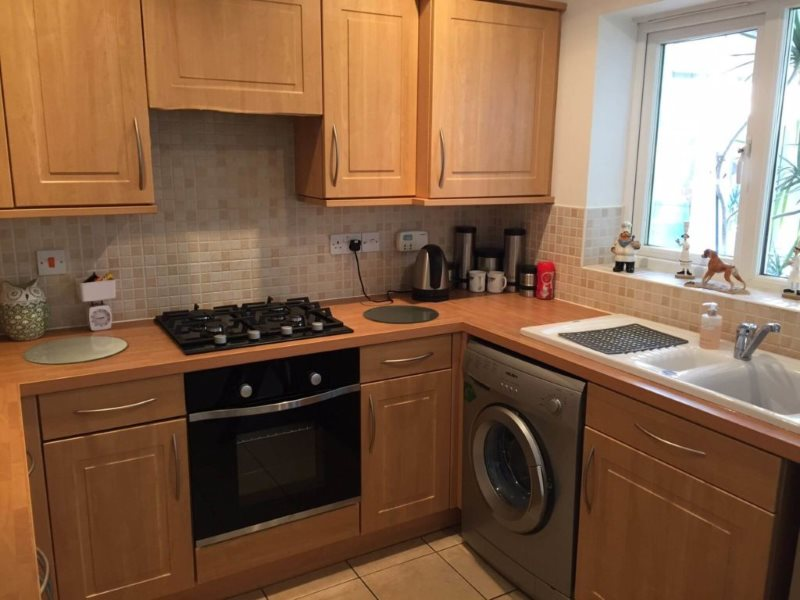 Дизайн маленькой кухни со стиральной машинкой у окна