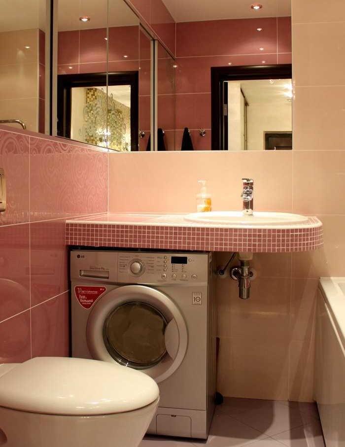 Место под раковиной для стиральной машины в малогабаритном санузле