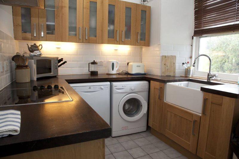 Совместное размещение посудомоечной и стиральной машин в П-образной кухне