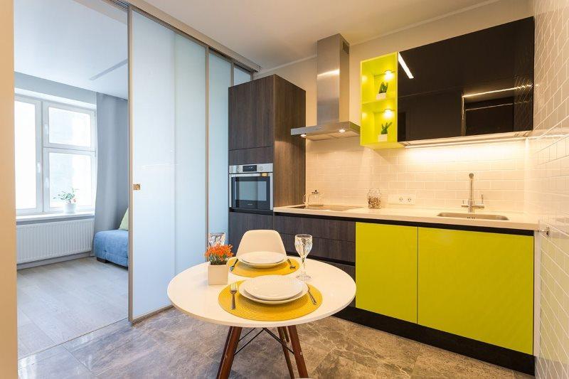 Матовые стекла раздвижной перегородки в кухне-гостиной