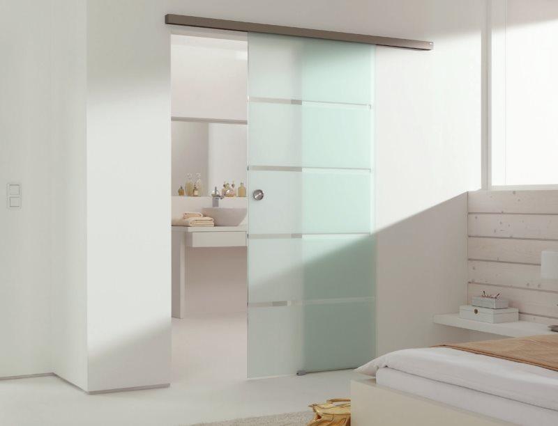 Раздвижная дверь между спальней и ванной комнатой