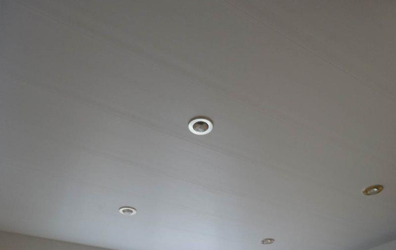 Встроенные светильники на матовом потолке в ванной