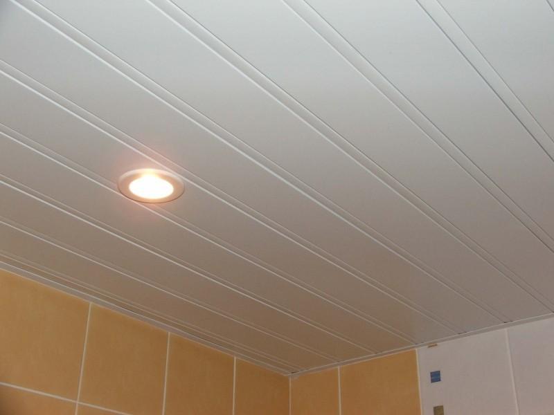 Точечный светильник на матовом потолке из реек ПВХ