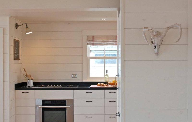 Светлые МДФ-панели на стене кухни частного дома