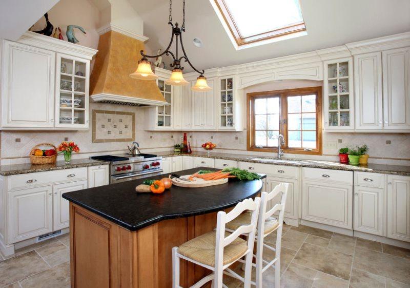 Кухонный остров с черной столешницей из камня