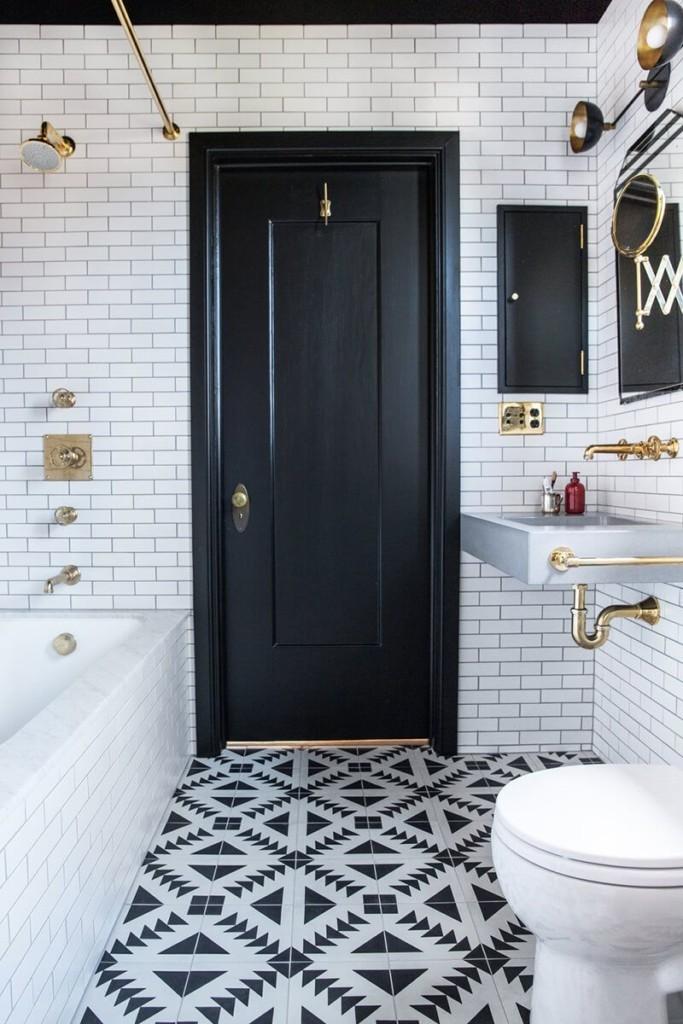 Мозаичный пол ванной комнаты из черно-белой плитки