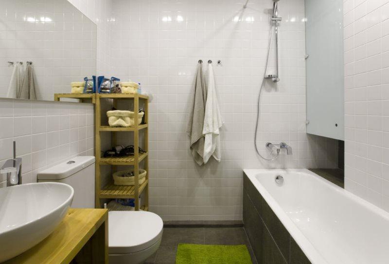 Хорошее освещение в ванной с белыми стенами