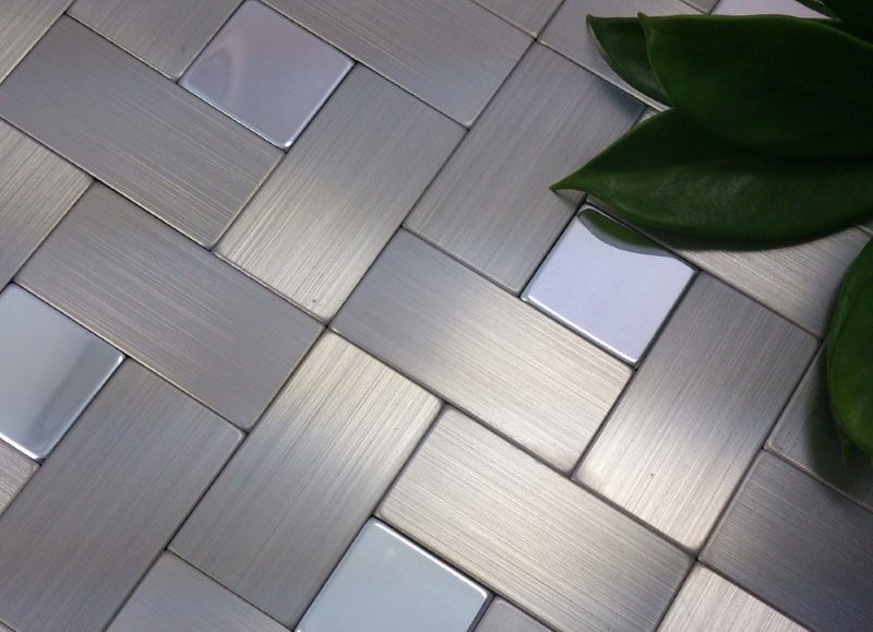 Матовая поверхность пола из металлической плитки