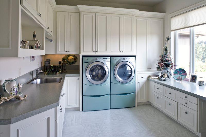 Встроенные стиральные машинки в кухне частного дома
