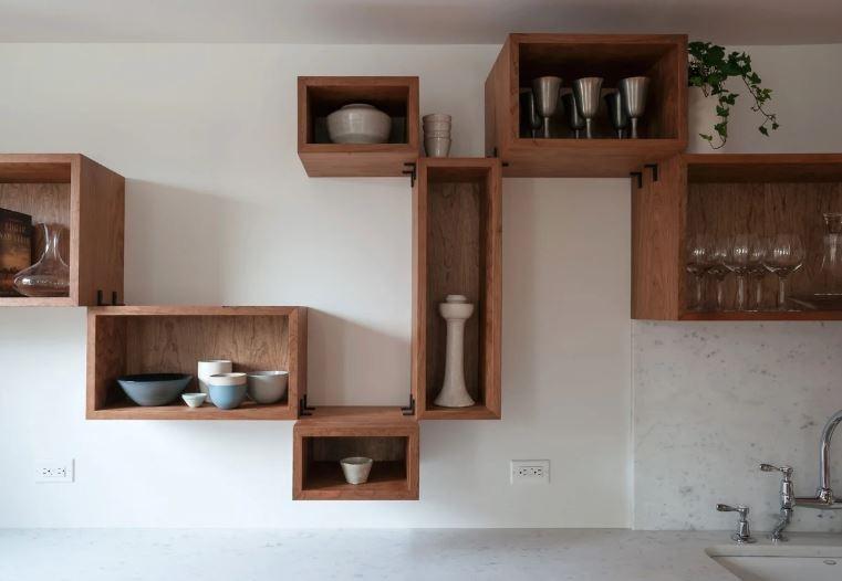 Полки модульного типа в интерьере кухни