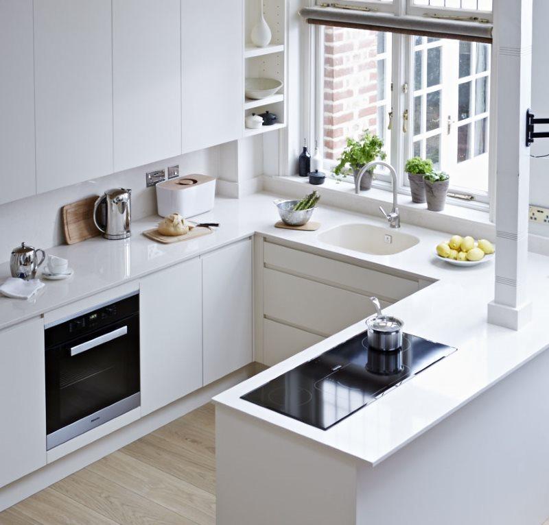 Компактная кухня в стиле модерн с мойкой у окна
