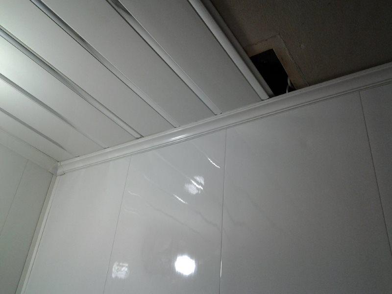 Монтаж пластиковых панелей на потолке туалета