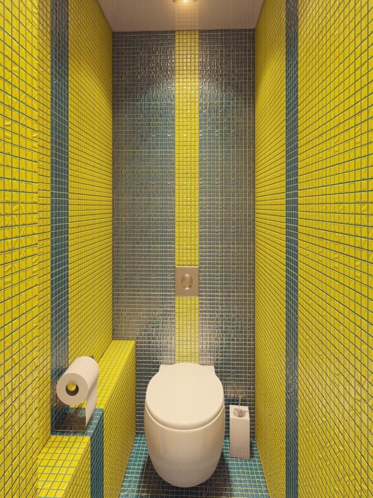 Комбинация серой и желтой мозаики в узком туалете