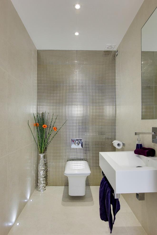 Матовая керамическая плитка на полу санузла без ванны