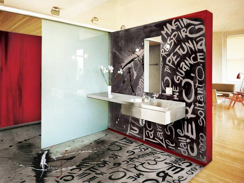 Надписи на полу и стене ванной комнаты