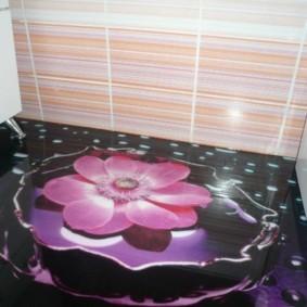 Розовый цветок на черном полу ванной комнаты