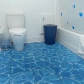 Голубой пол в интерьере ванной