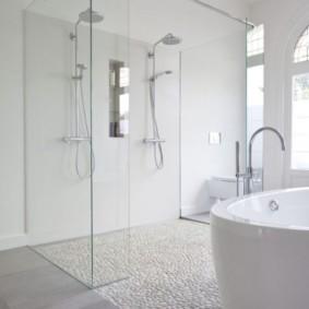 Стеклянная перегородка в белой ванной комнате