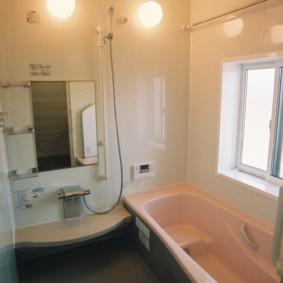 Небольшая ванная комната с окном в стене