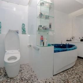 Речная галька на полу в совмещенной ванной