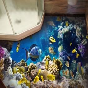 Морские рыбы на полу комнаты с душевой кабиной