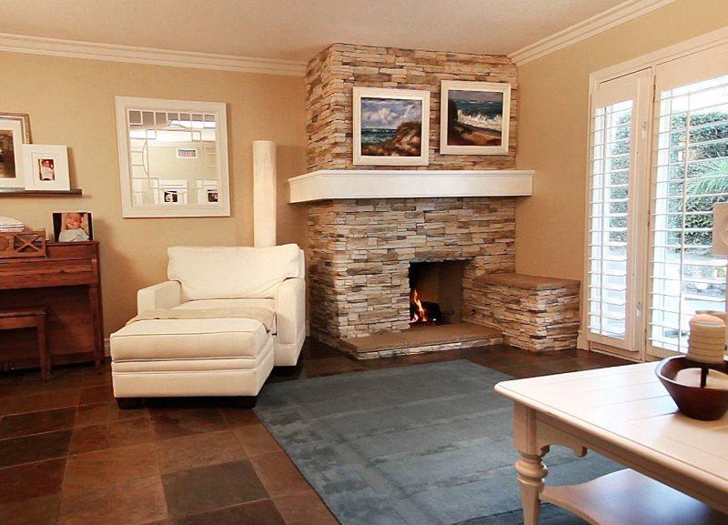 Угловой камин в интерьере гостиной загородного дома
