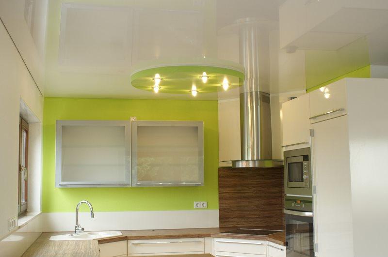 Кухня с глянцевым натяжным потолком в два уровня