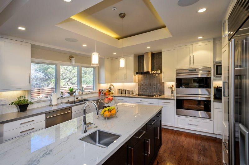 Натяжной потолок с подсветкой на кухне с островом