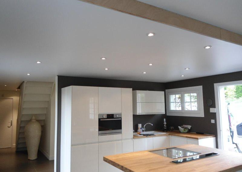 Сатиновые потолок в интерьере кухни частного дома