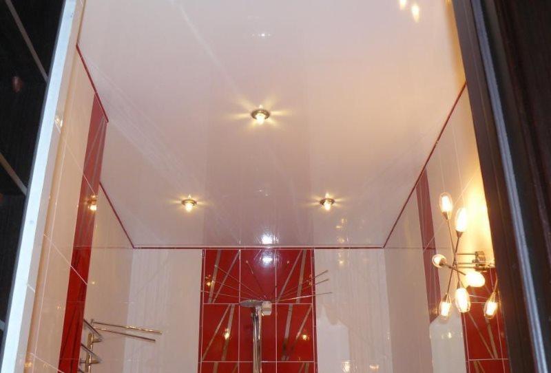 Точечные светильники на натяжном потолке туалета