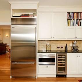 холодильник на кухне интерьер фото