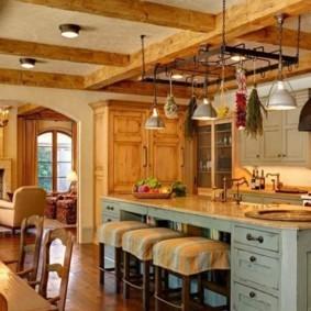 обеденная зона на кухне дерево на потолке