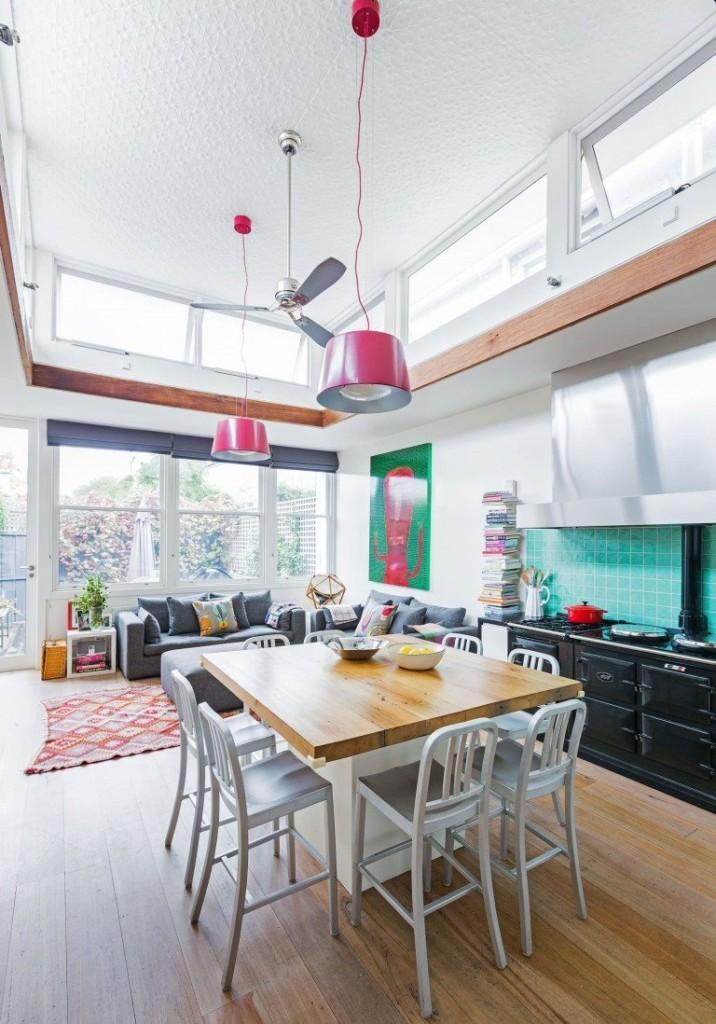 Кухня-гостиная с обоями на высоком потолке
