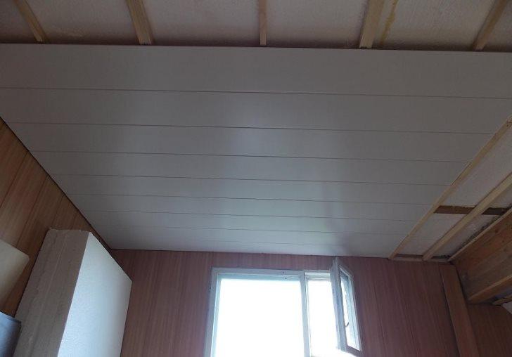 Обшивка потолка кухни ПВХ-панелями по деревянной обрешетке