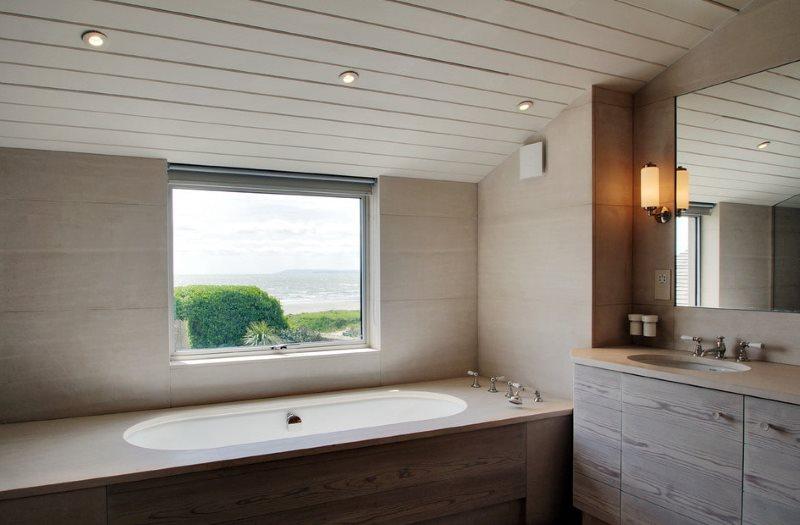 Отделка пластиковыми панелями потолка ванной в мансарде загородного доме