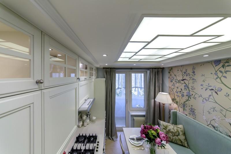 Ниша с подсветкой в потолке кухни с диваном