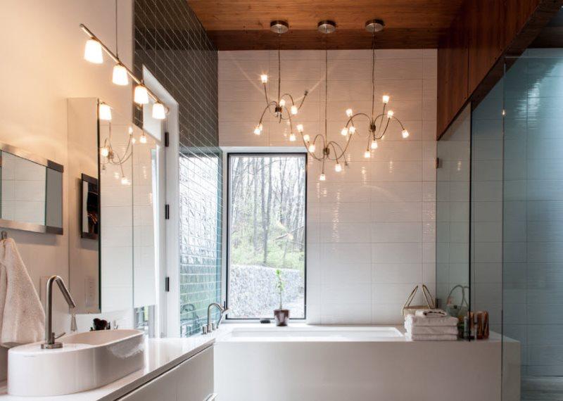 Освещение ванной комнаты с окном в стене