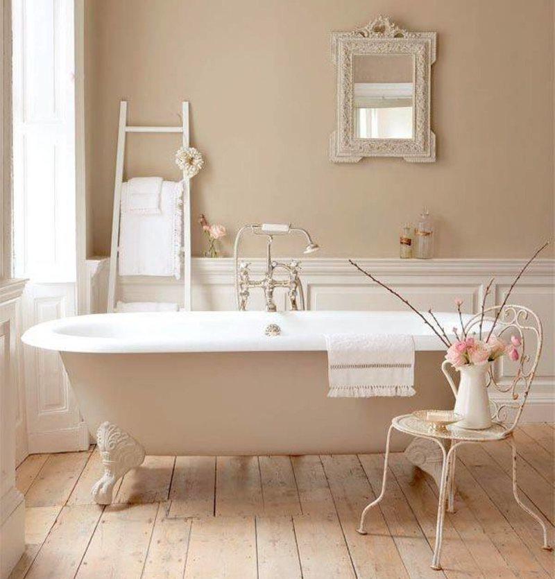 Ванна на деревянном полу в сельском доме