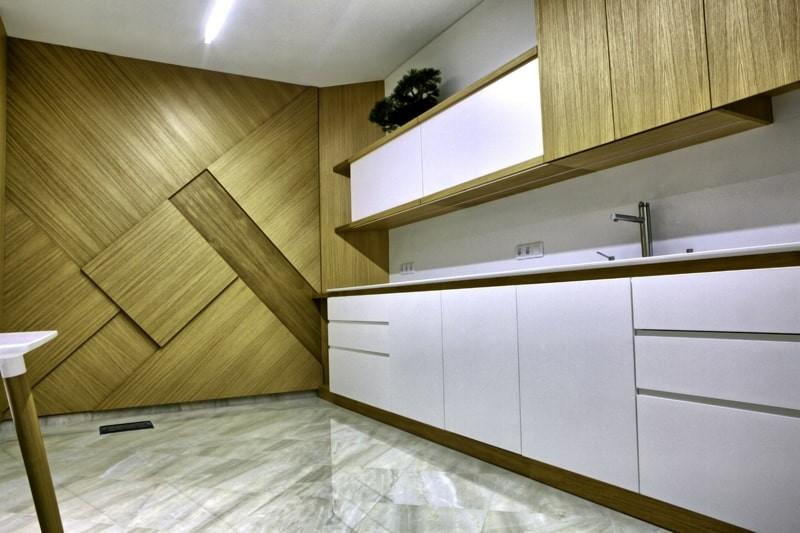 Выделение акцентной стены кухни листовыми панелями из МДФ