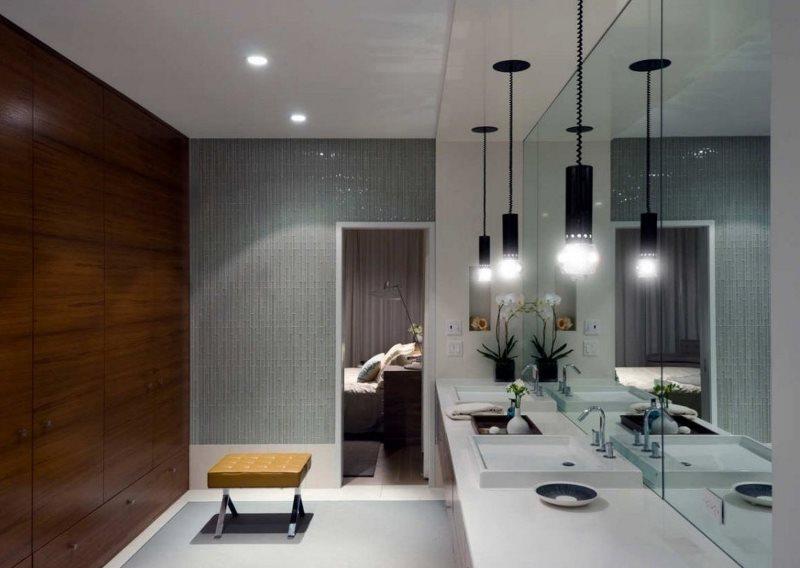 Подвесные светильники напротив зеркальной стены в ванной комнате