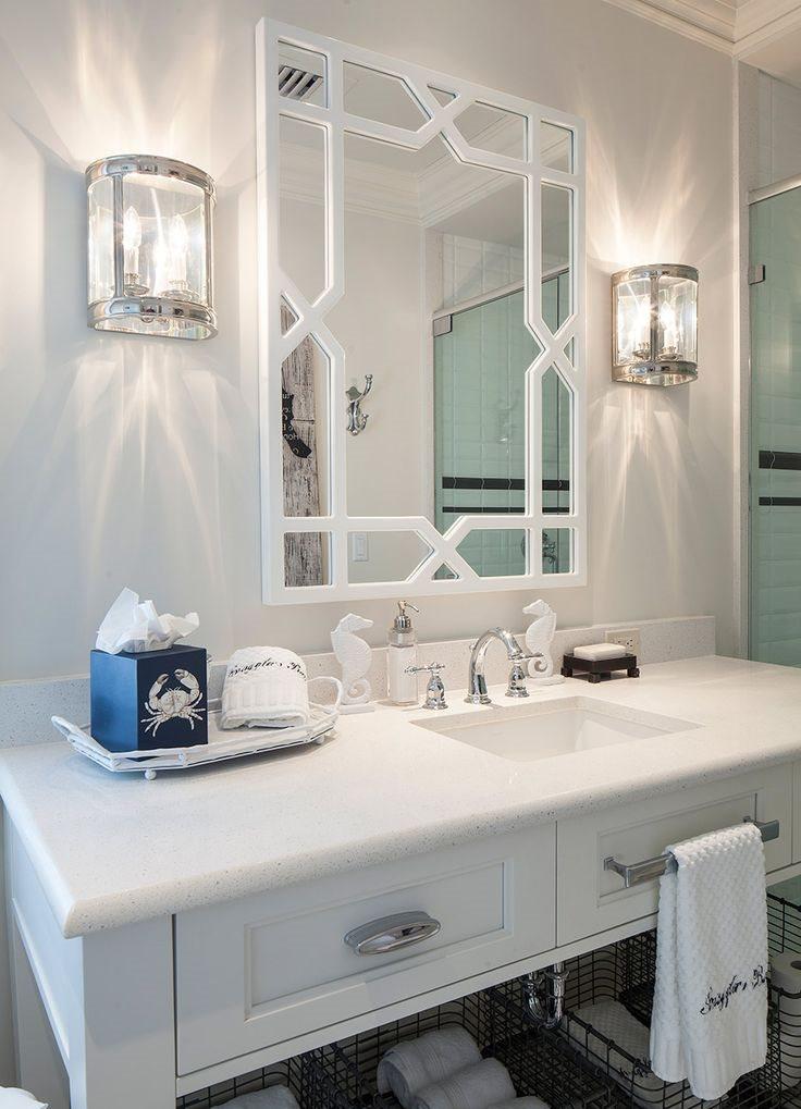 Белый свет от настенных светильников в ванной комнате