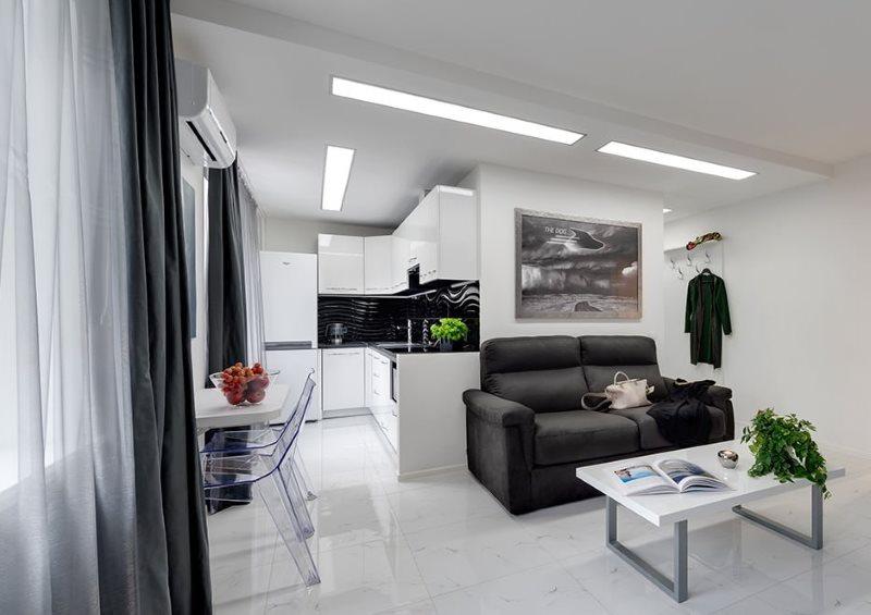 Освещение современной кухни-гостиной с помощью встроенных панелей