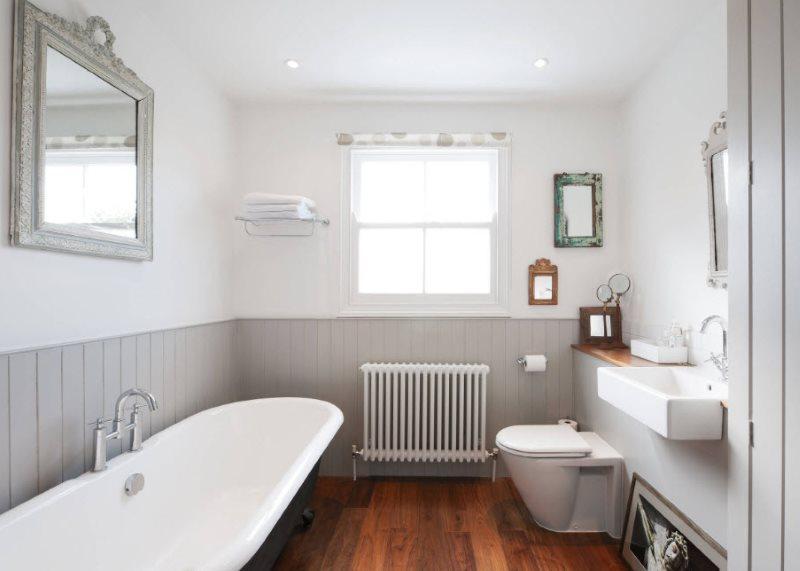 Деревянный пол в ванной с окном